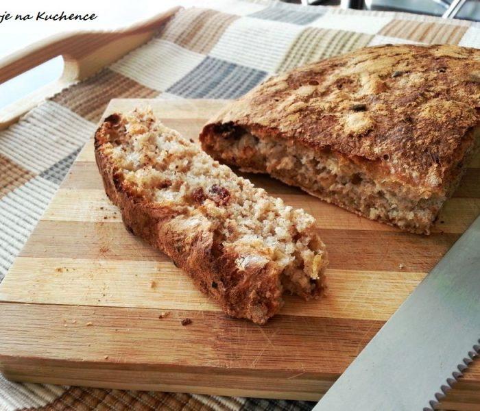 Domowy chleb z orzechami nerkowca i rodzynkami