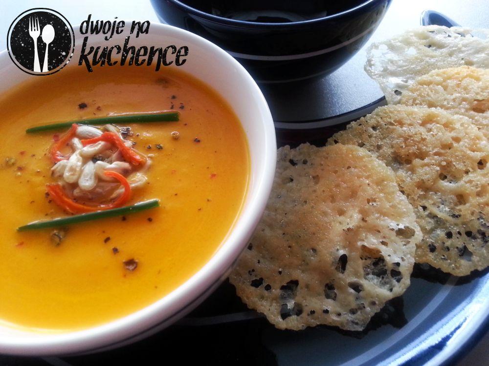 Zupa marchewkowo-cytrynowa z chipsami z parmezanu