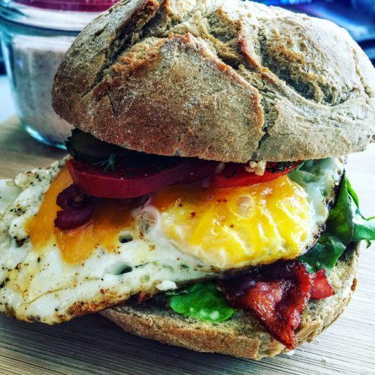 Burger śniadaniowy z jajkiem sadzonym i chrupiącym bekonem