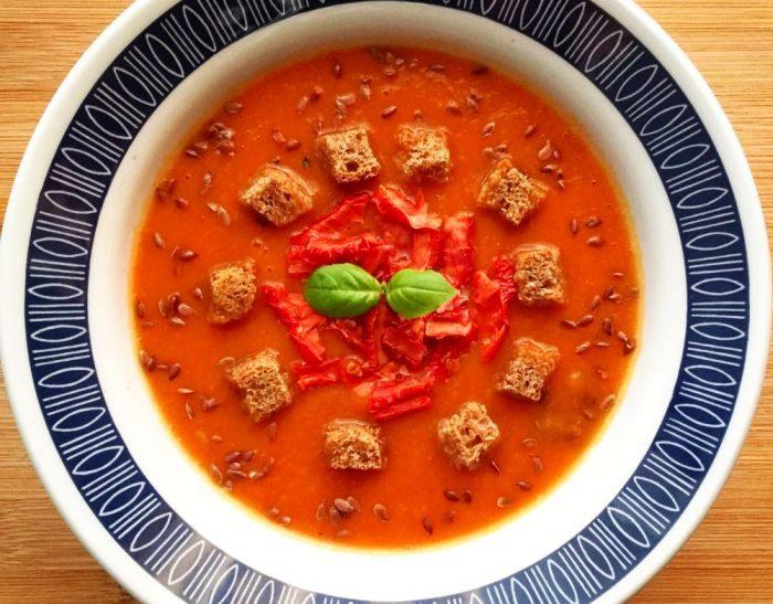 Delikatna zupa krem z dyni i pomidorów