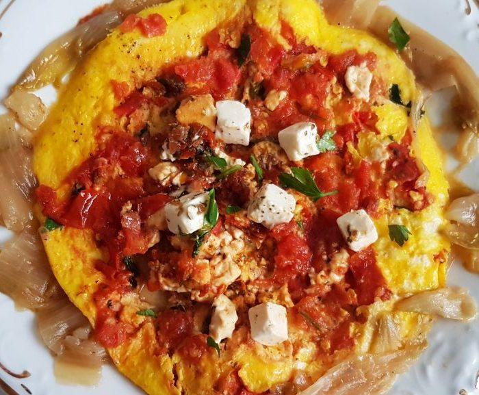 Omlet z fetą, suszonymi pomidorami i duszoną cykorią