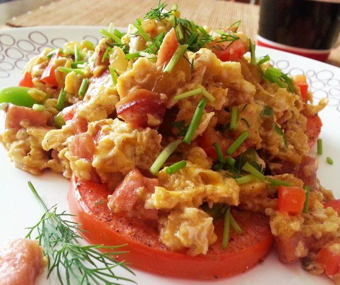 Jajecznica na pieczonych pomidorach