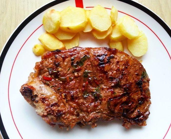 Grillowany rostbef w sosie worcester z pieczonymi ziemniakami