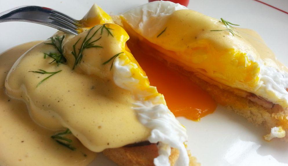 Jaja po benedyktyńsku z sosem holenderskim