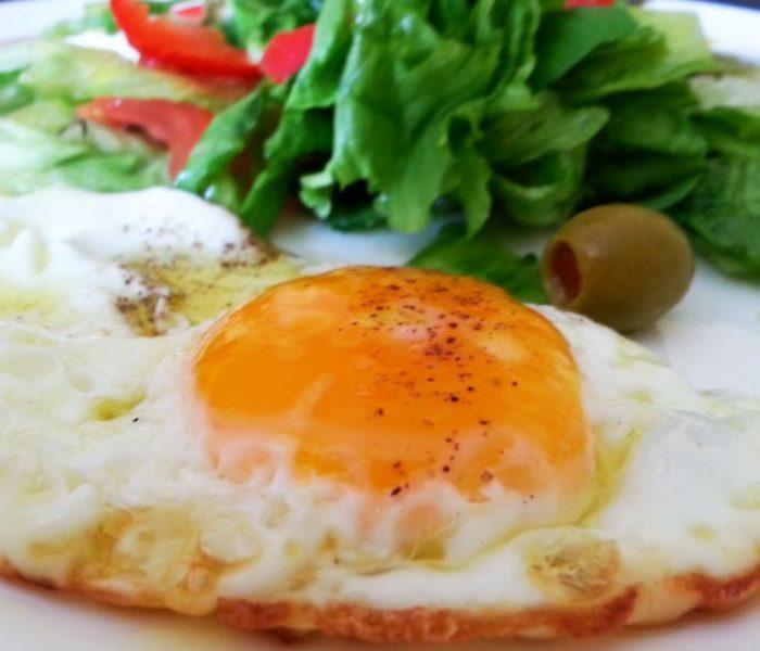 Jajka sadzone z lekką sałatką