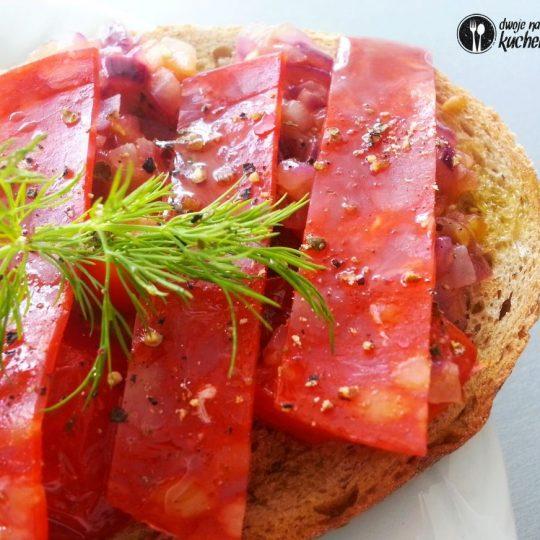 Chrupiące grzanki z chorizo z salsą pomidorowo-cebulową