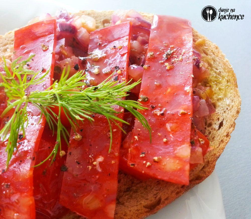 Grzanki z chorizo i salsą pomidorowo-cebulową