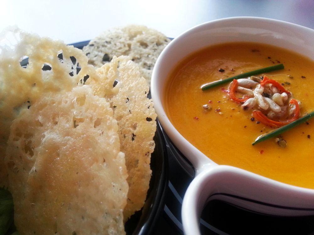 Zupa krem marchewkowo-cytrynowa z chipsami z parmezanu