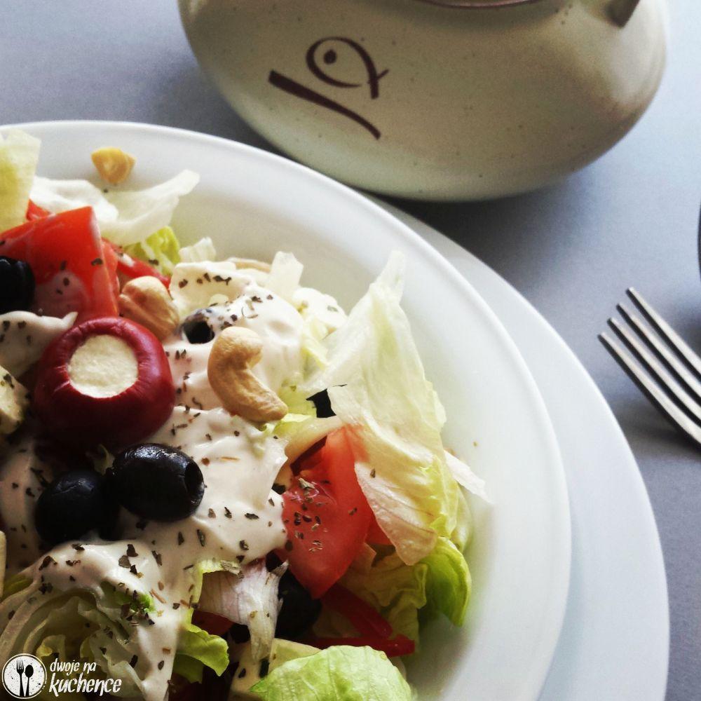 Sałatka papryczkami wiśniowymi, oliwkami i fetą