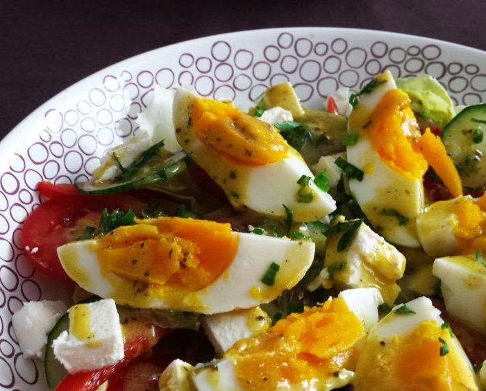 Sałatka z jajkiem, fetą i sosem winegret
