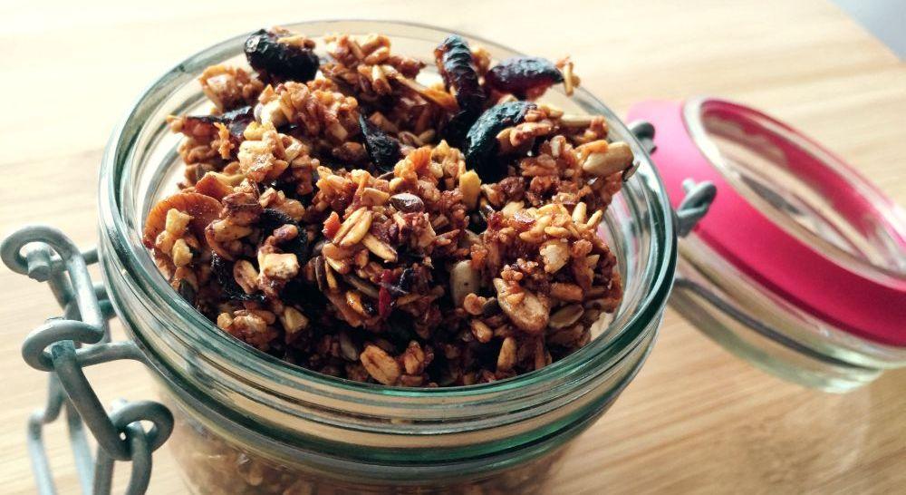Granola – domowe musli z żurawiną i wiórkami kokosowymi