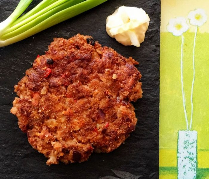 Pikantne kotlety mielone z czerwoną papryką i żółtym serem
