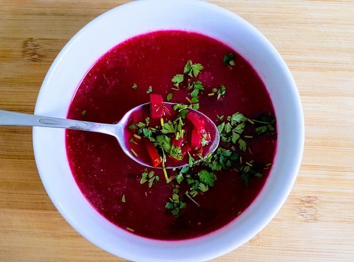 Dietetyczna zupa buraczkowa z natką pietruszki