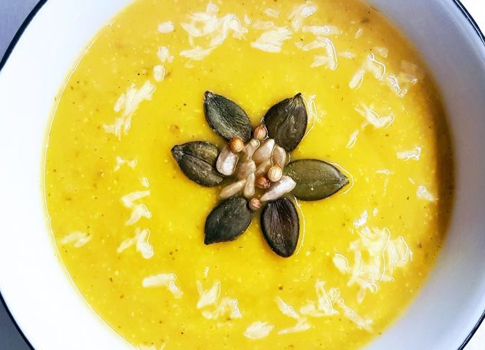 Zupa krem z dyni z mlekiem kokosowym i tajskimi ziołami